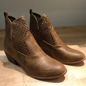 Shoes - Western style booties
